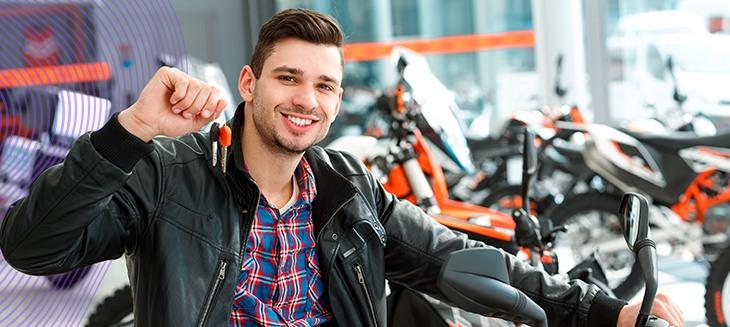 Homem exibindo chave de moto