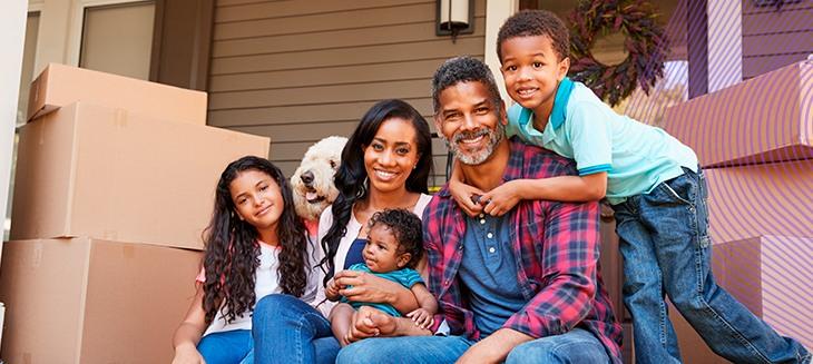 Família entre caixas de mudança